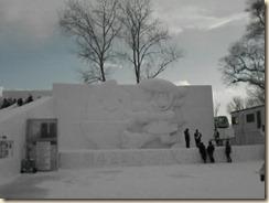 大雪像「こめっち」と「クルミくん」