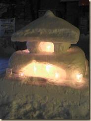 ペットボトルキャンドルに照らされた灯篭の雪像