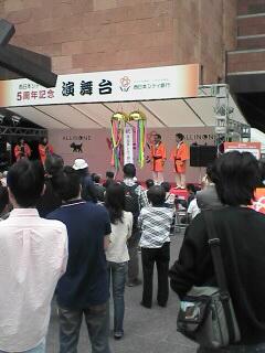博多駅前にて