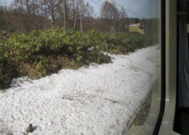 恵比島から峠下間は沿線にまだ雪が残る様子の写真