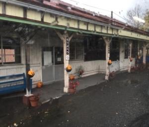 ハロウィンの飾りがあった秩父別駅ホームの写真
